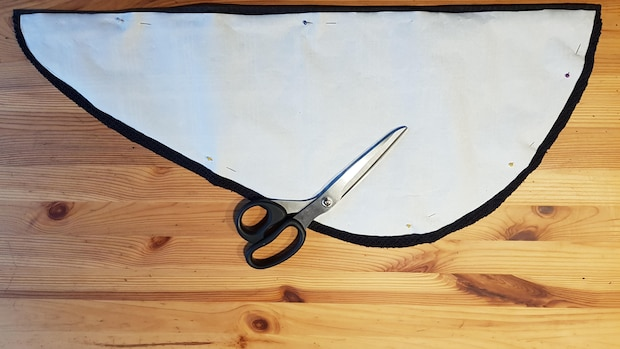 Beim Ausschneiden des Werkstücks lassen Sie etwa einen Zentimeter als Nahtzugabe stehen.