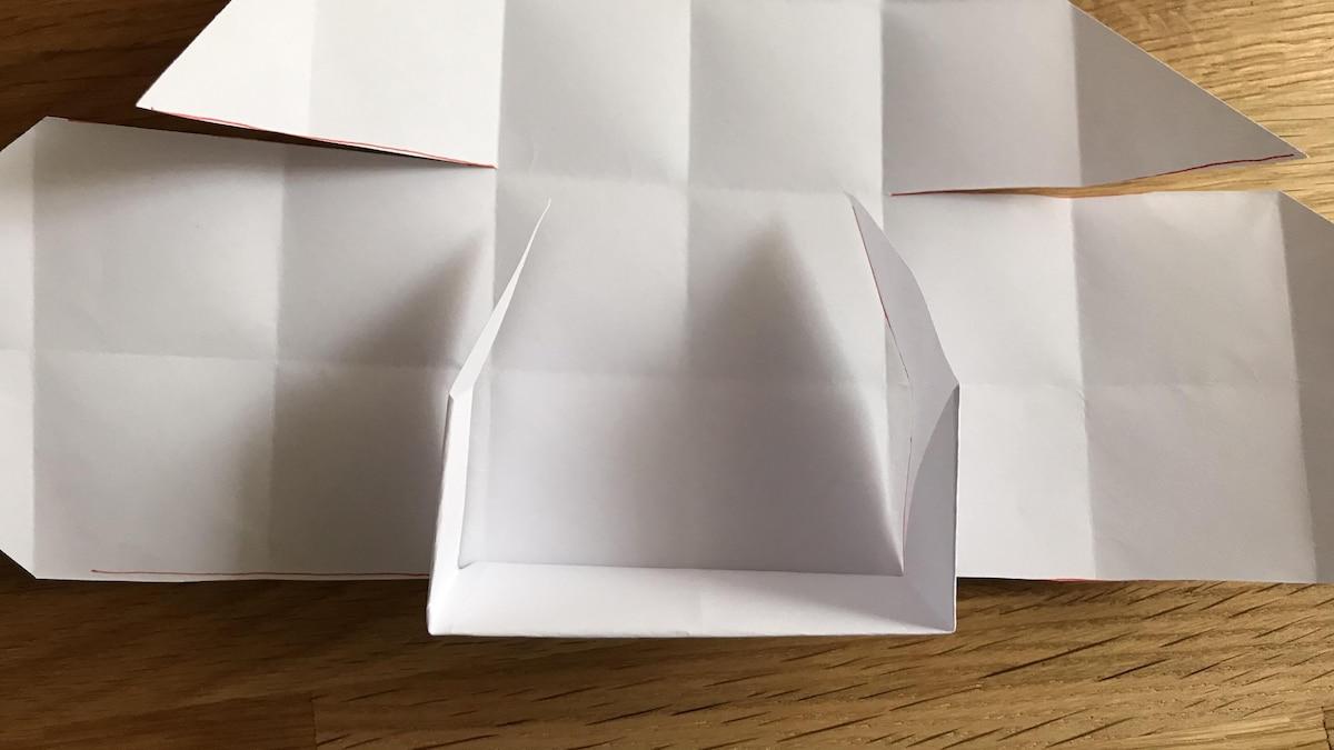 Knicken Sie die Wände seitlich, um schöne Schachtel-Ecken zu erhalten.