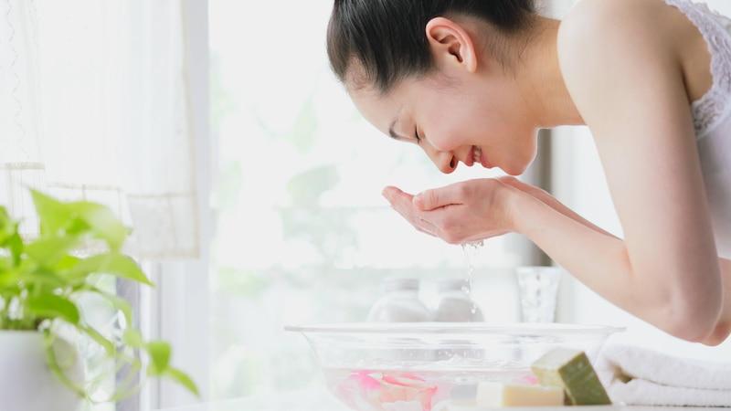 PH-neutrale Waschlotionen helfen gegen unreine Haut im Gesicht.