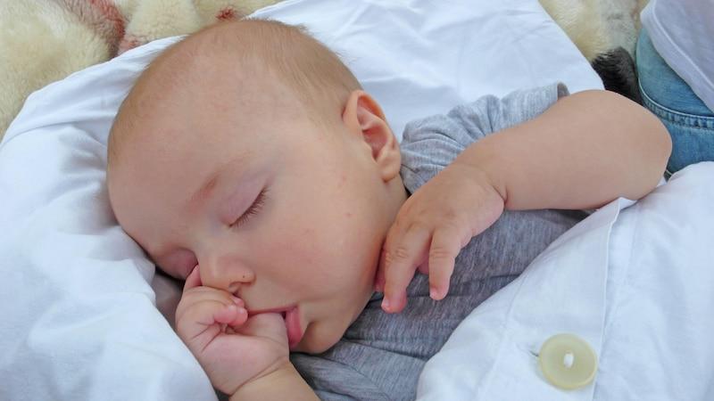 Daumenlutschen sollten Sie Ihrem Kind ab dem 2. Geburtstag allmählich abgewöhnen.