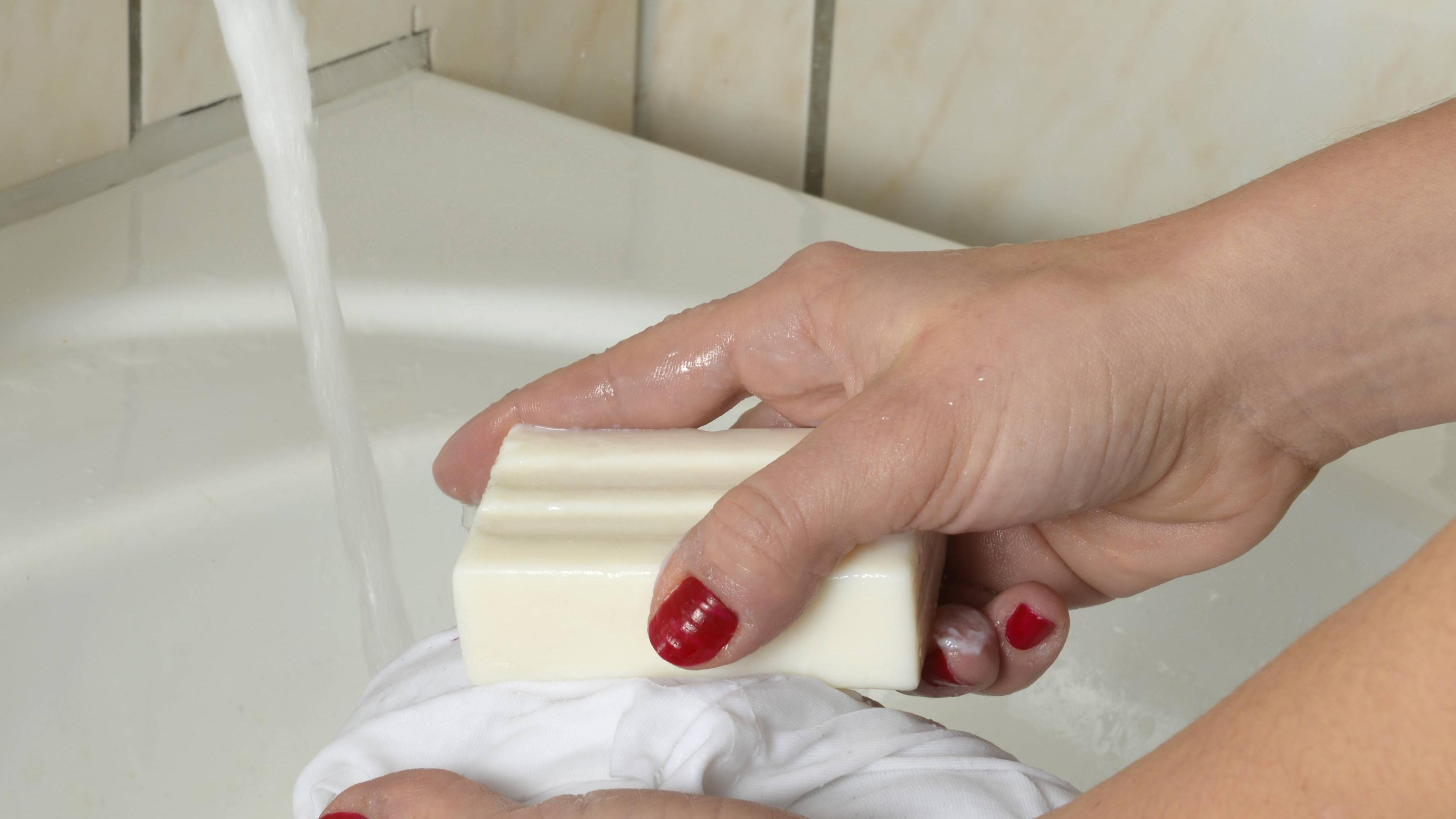 Nutzen Sie eine milde Seife, um ein Brillenputztuch mit der Hand zu waschen.