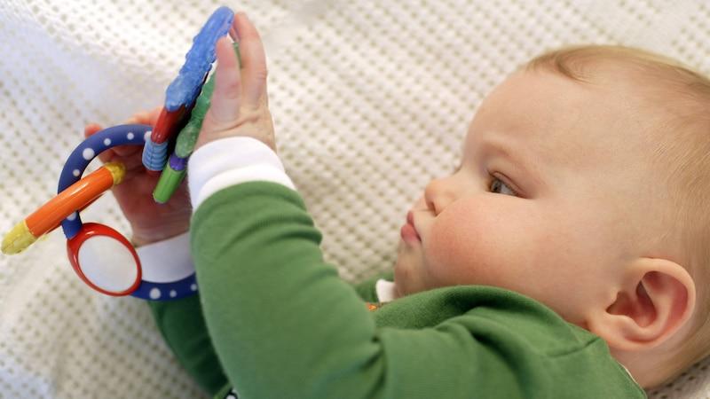 Mit geeignetem Spielzeug können Sie beim Baby das Greifen fördern.