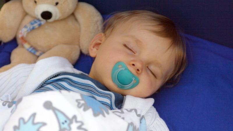 Sie können Ihr Baby an ein Kuscheltier gewöhnen, indem Sie Ihren Nachwuchs den neuen Freund selbst aussuchen lassen.
