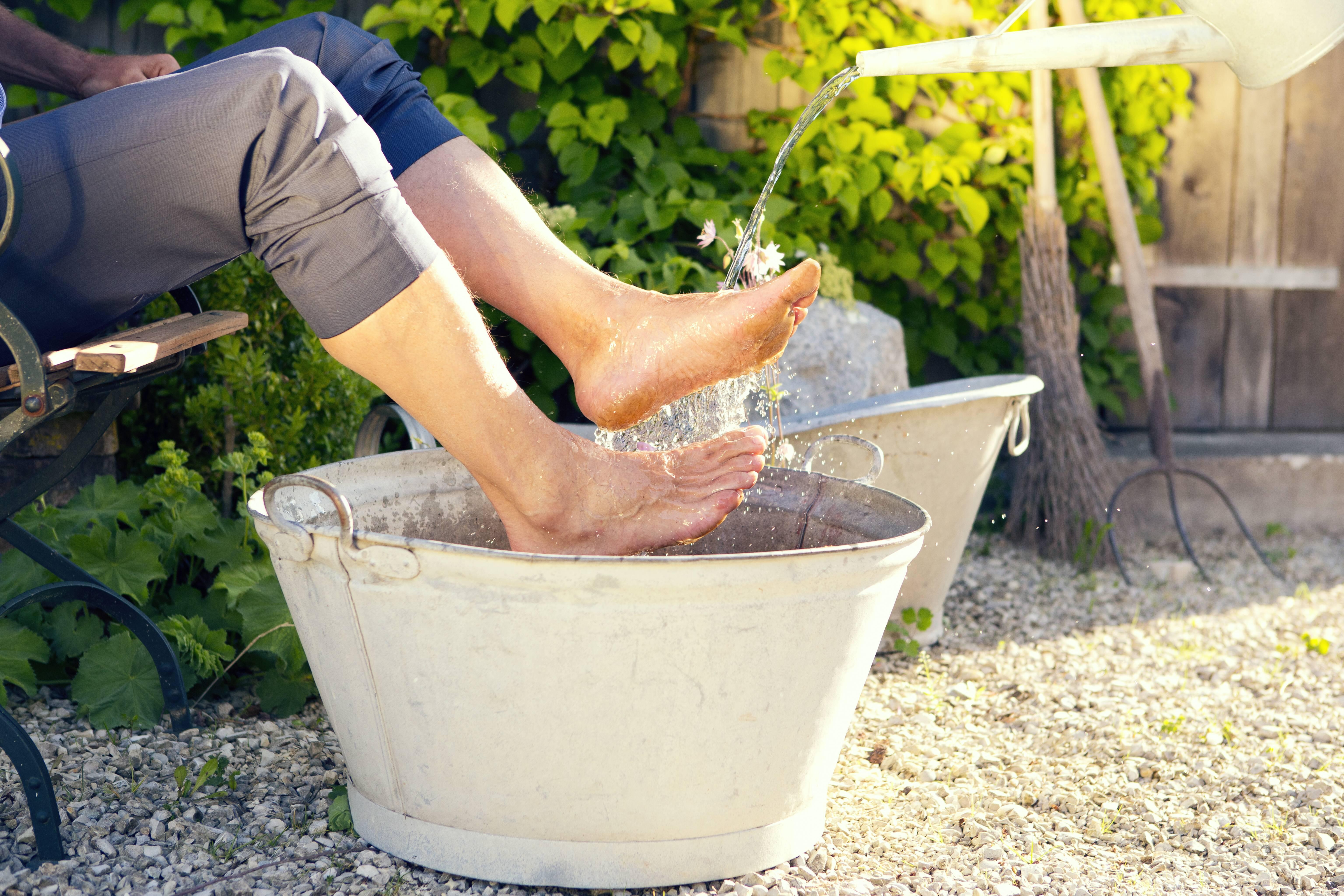 Fußbad mit Apfelessig: Dafür ist es gut und so geht's