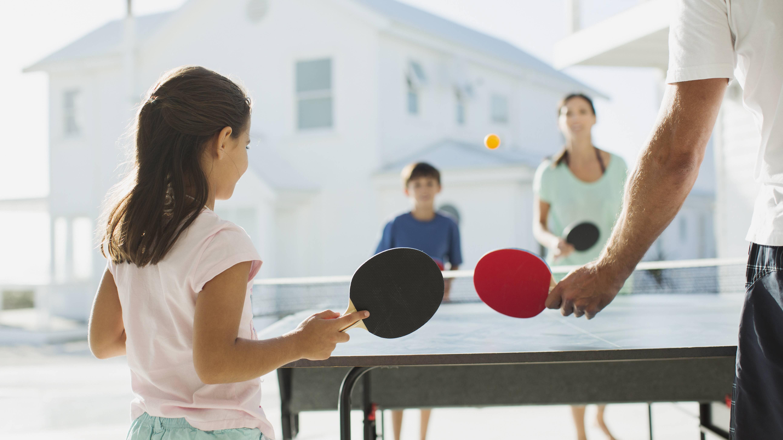 Tischtennis spielen: 5 Spielevarianten für die ganze Familie
