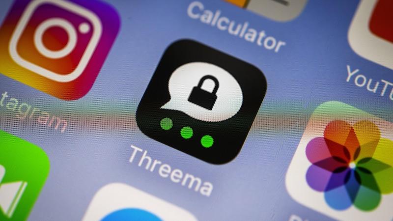 Threema vs. Signal: Beide Messengerdienste gelten als sehr sicher. Im Punkt Datenschutz hat der Dienst Threema durch die Threema-ID und die Server in der Schweiz leicht die Nase vorne