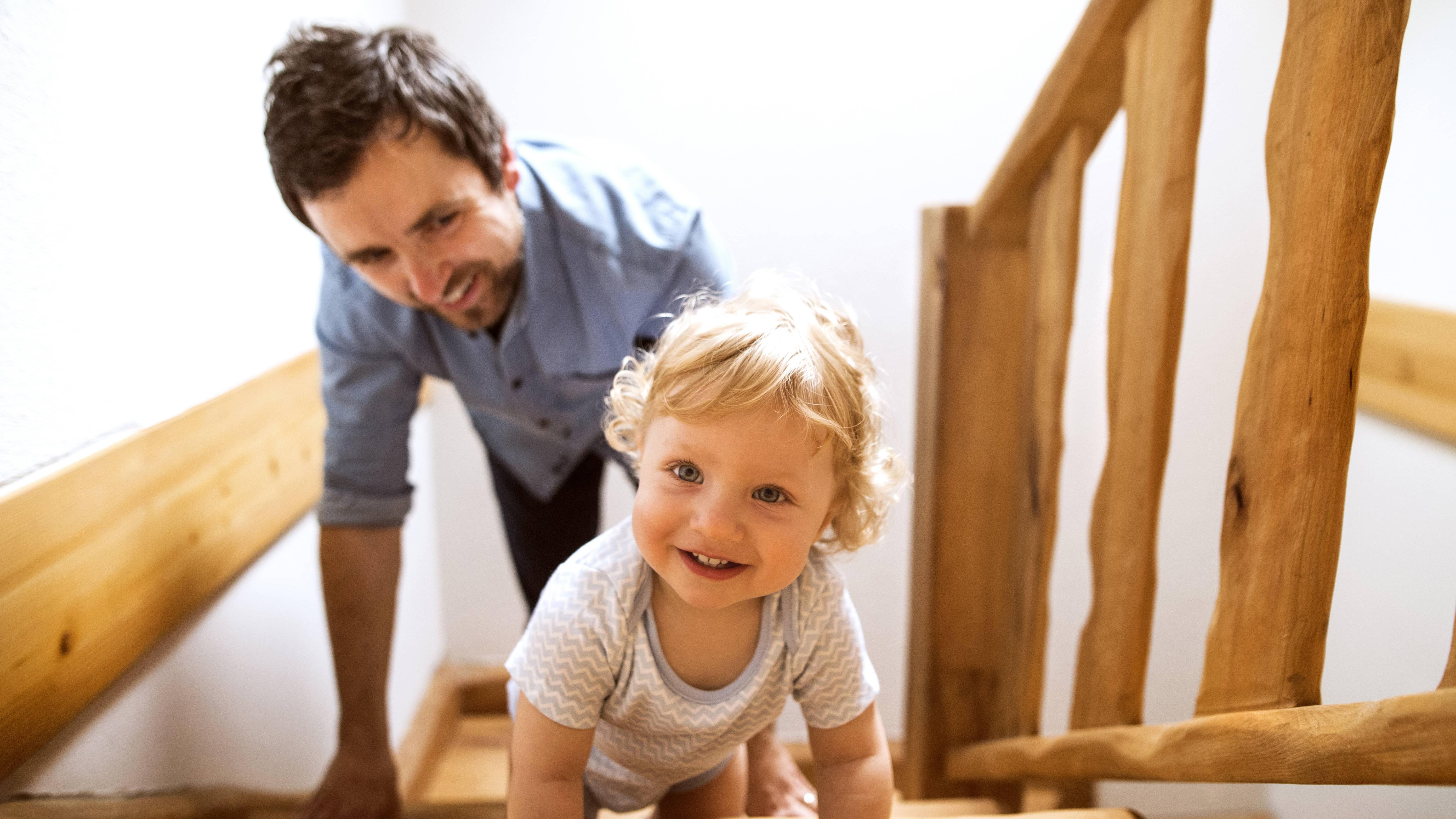 Sobald Ihr Baby sich die Treppe hochzieht, ist Vorsicht geboten.