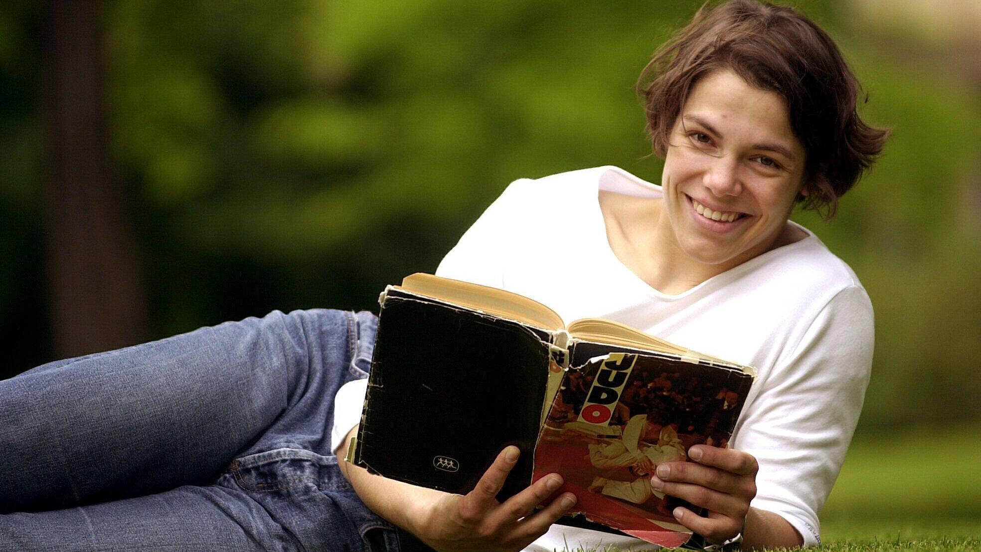 Lesen Sie ein Buch oder gehen Sie Ihren Hobbys während des Fastens nach.