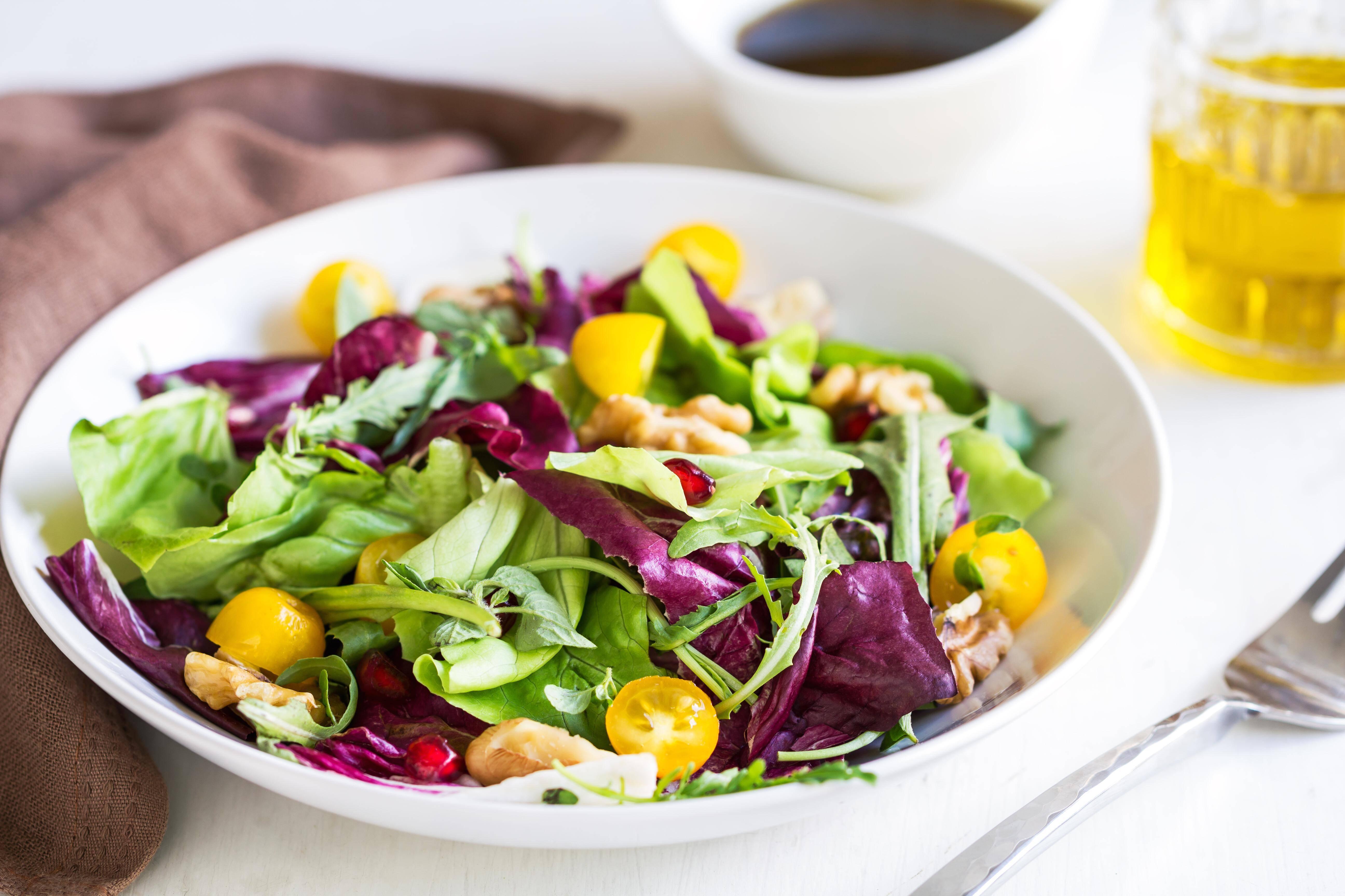 Distelöl im Salatdressing: Im Mix mit anderen Ölen ist das gesund.