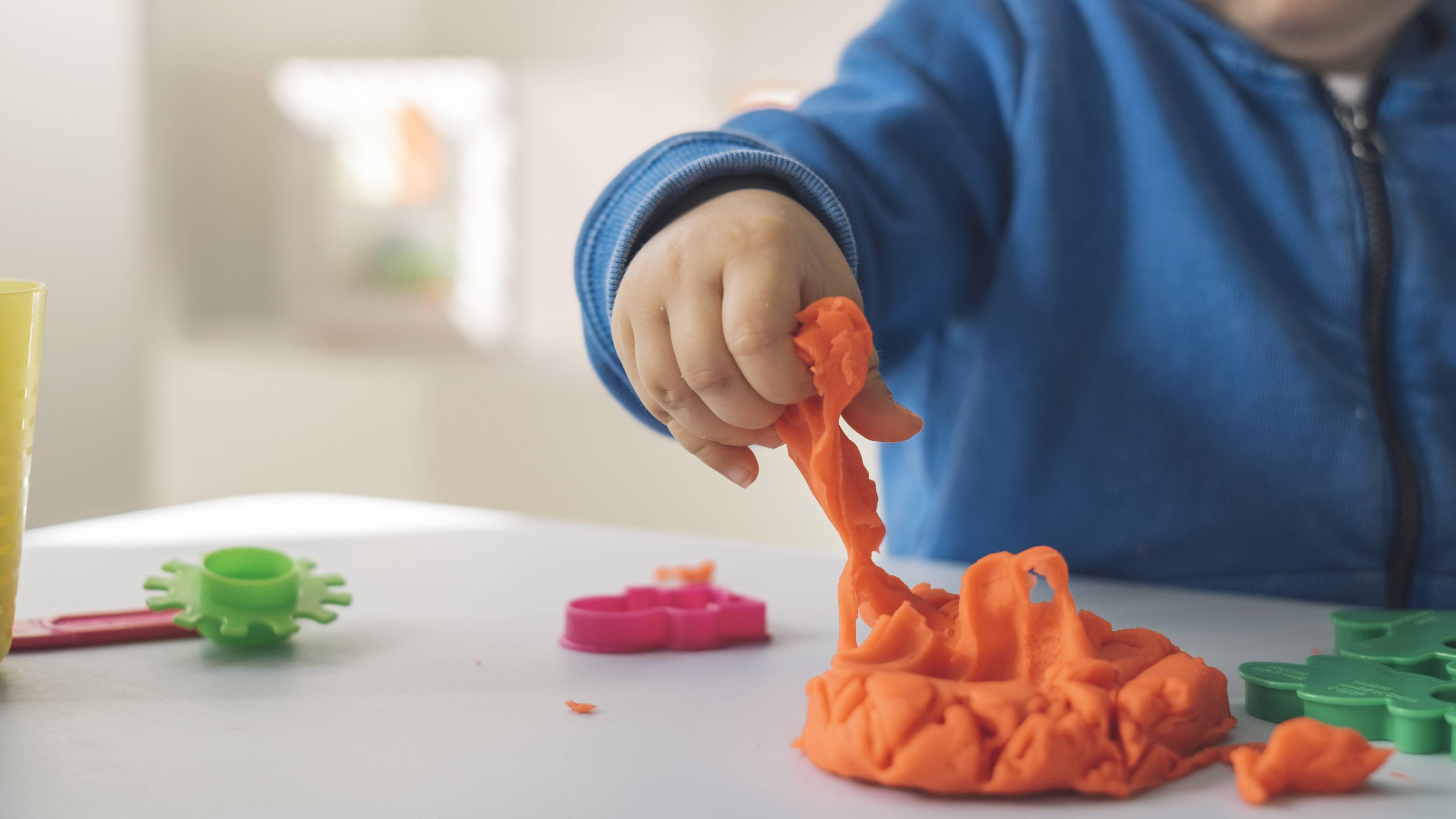 Beschäftigen Sie Kinder zuhause mit selbst gemachter Knete.