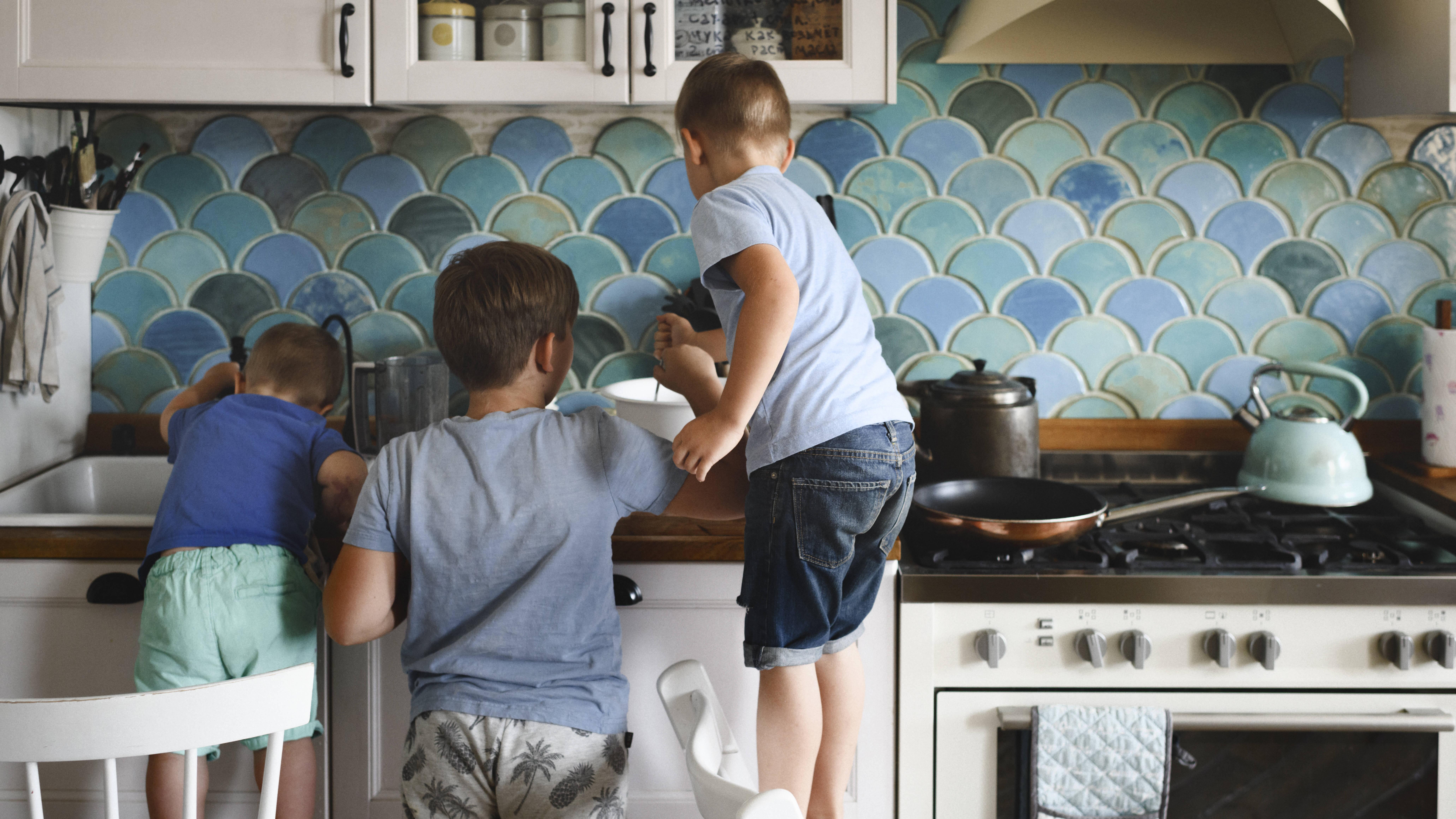 Fingerabdrücke entfernen ist nach dem gemeinsamen Kochen in der Küche häufig nötig.
