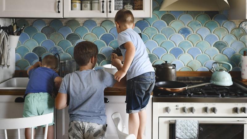 Kind im Haushalt helfen lassen: So beziehen Sie den Nachwuchs ein
