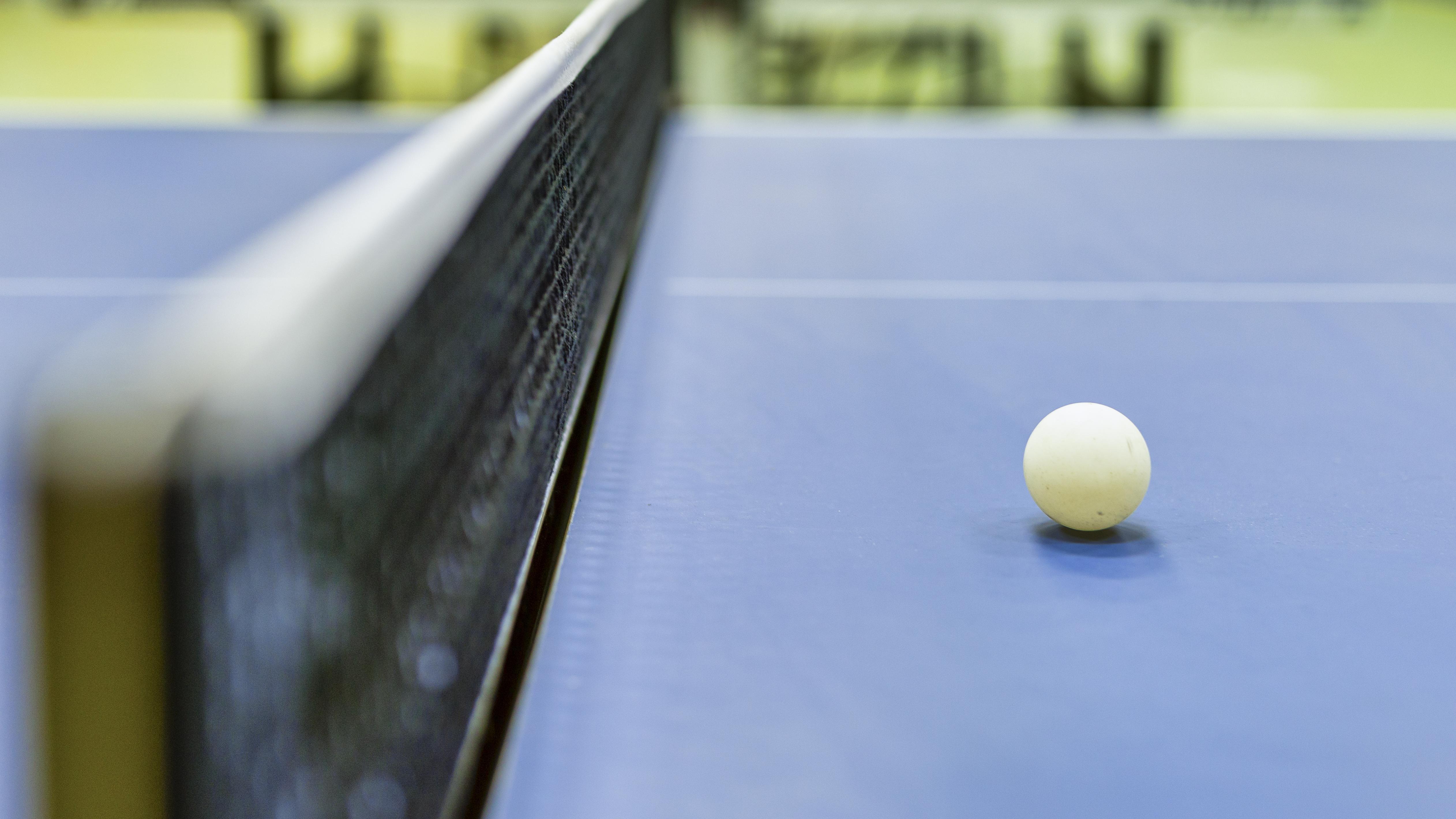 Tischtennis-Spiele: Wasserball mit Tischtennisbällen