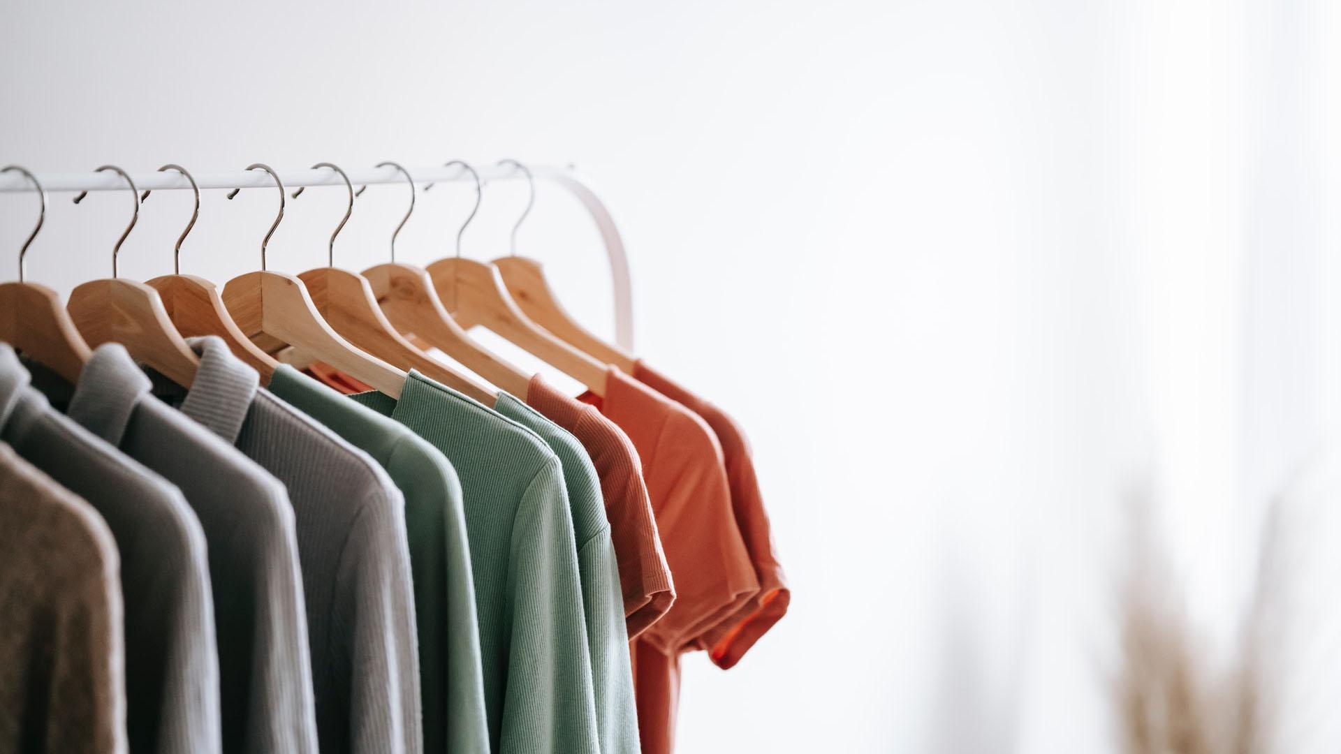Minimalismus kann Ihren Kleiderschrank für eine umweltfreundlichere Lebensweise neu erfinden.