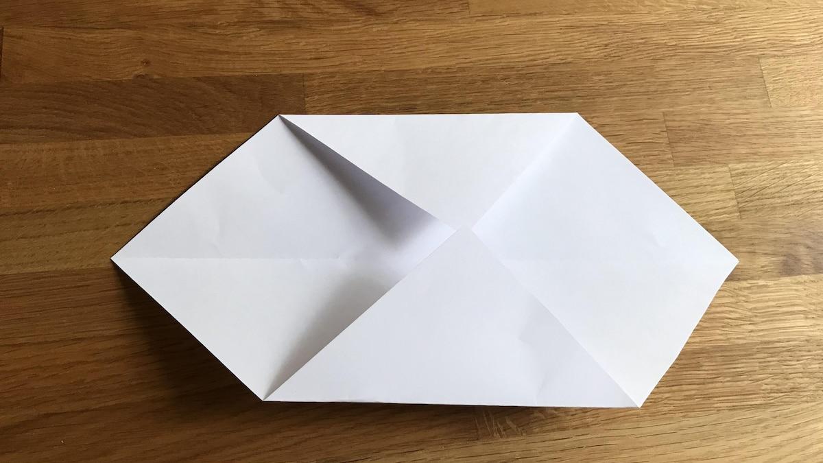 Schritt für Schritt entstehen viele gefaltete Kanten, die das Grundgerüst der Origami Schachtel bilden.