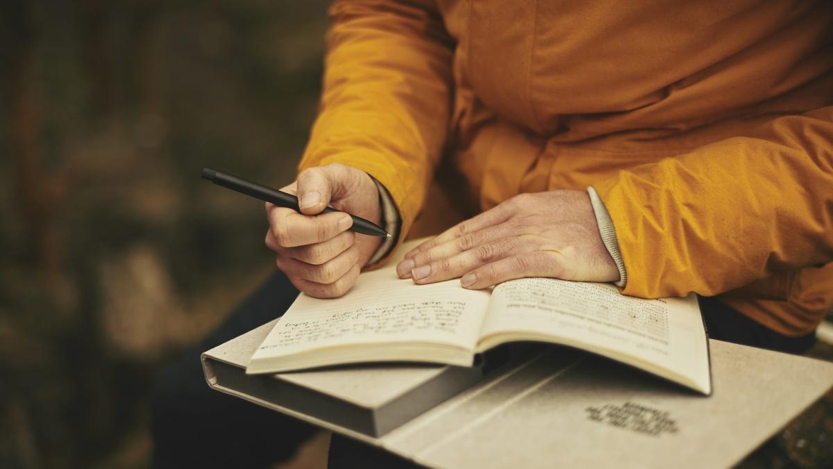 Tagebuch schreiben kann helfen, die Gedanken zu ordnen.