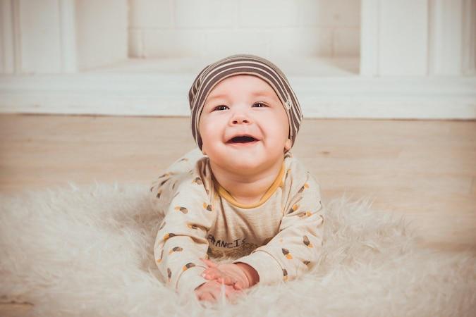 Nach Jahr 1 lernt ein Kind gezielt emotional zu reagieren, beispielsweise durch ein Lächeln.