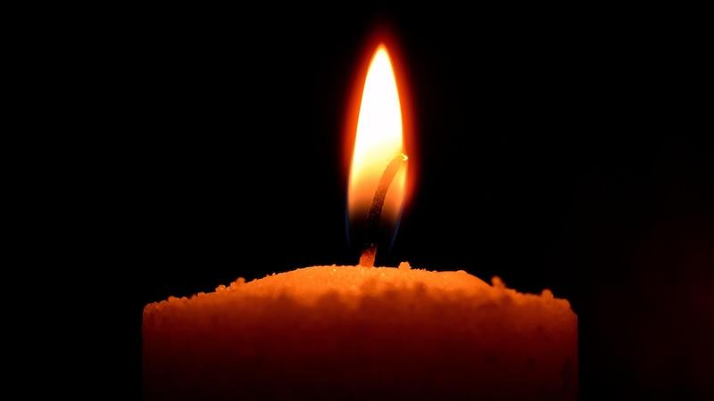 Bei der buddhistischen Meditation kann der Fokus auch auf einer Kerze liegen.