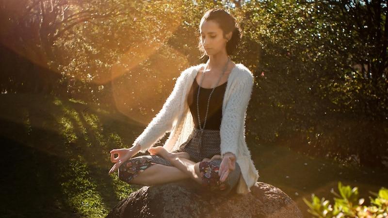 An einem ruhigen, ungestörten Ort fällt Meditation leichter als an einem belebtem.