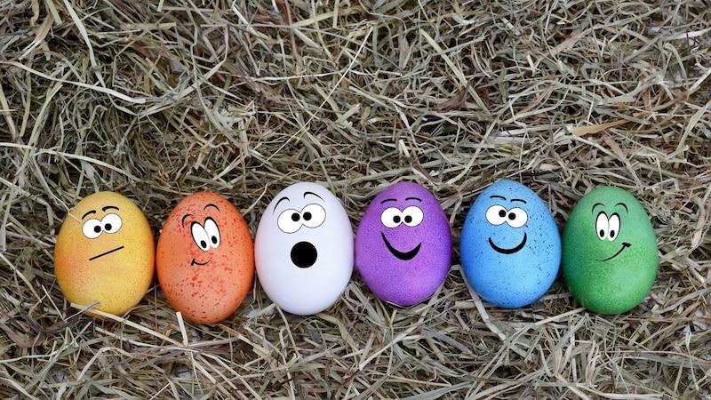 Ostereier in verschiedenen Farben mit Gesichtern