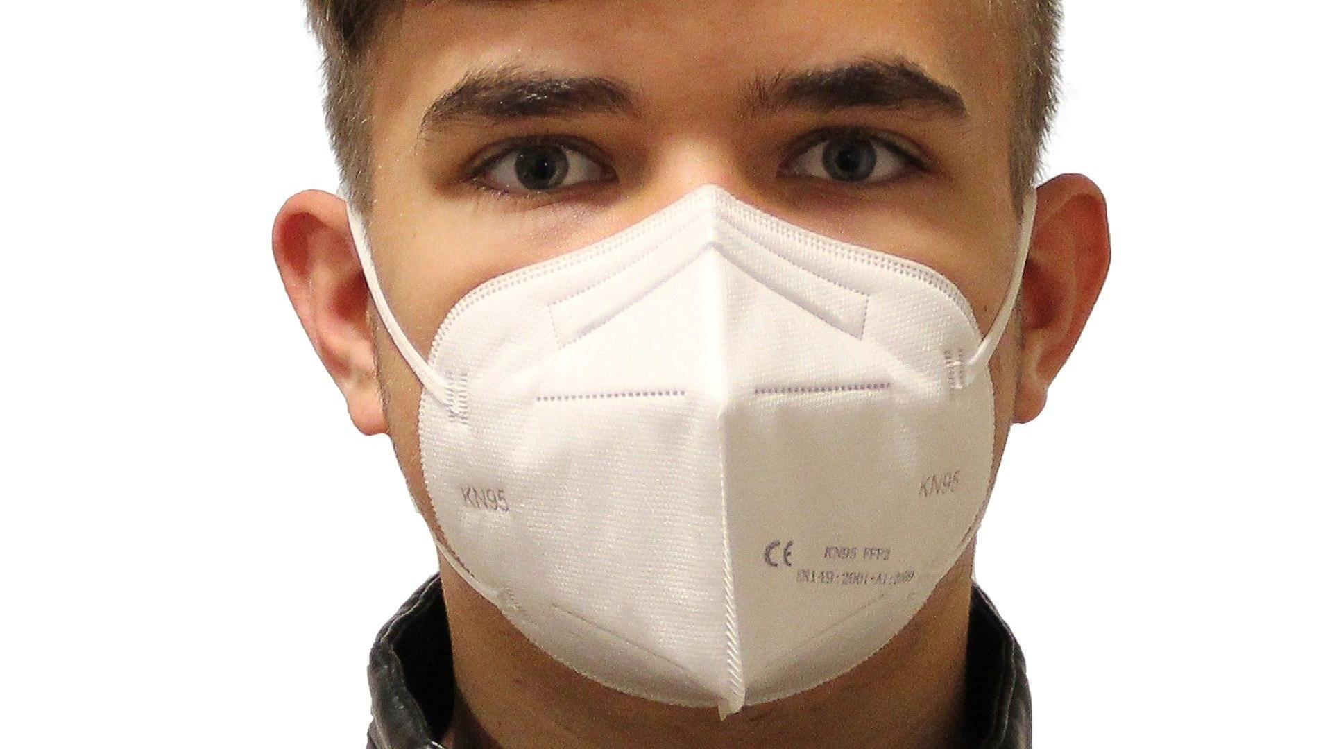 Rauchen kann zu unangenehmen Zigarettengeruch unter der FFP2-Maske führen