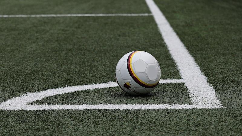 Auch beim Aufpumpen eines Fußball können Sie etwas falsch machen.