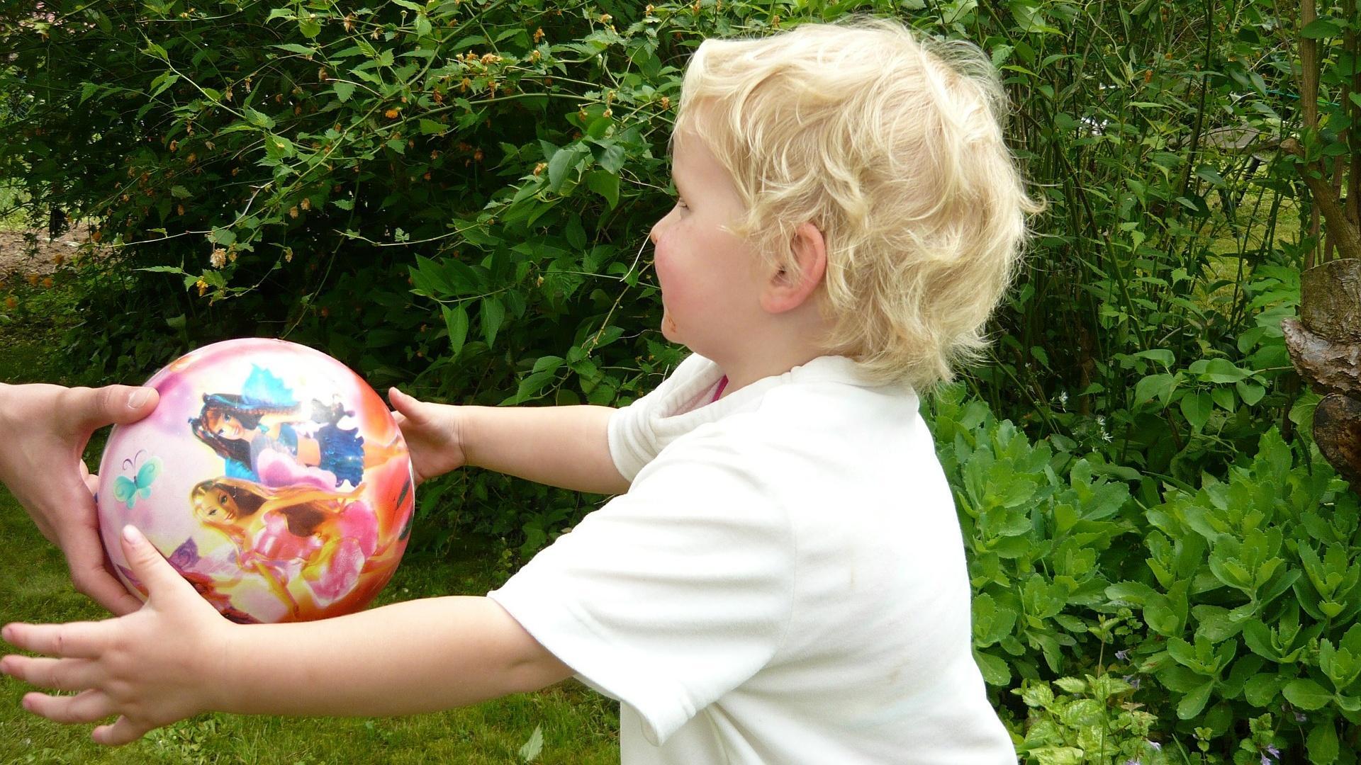 Schon kleine Kinder lieben Ballspiele. Damit es am Anfang gut klappt, sollten Sie den Ball aus kurzer Entfernung werfen.