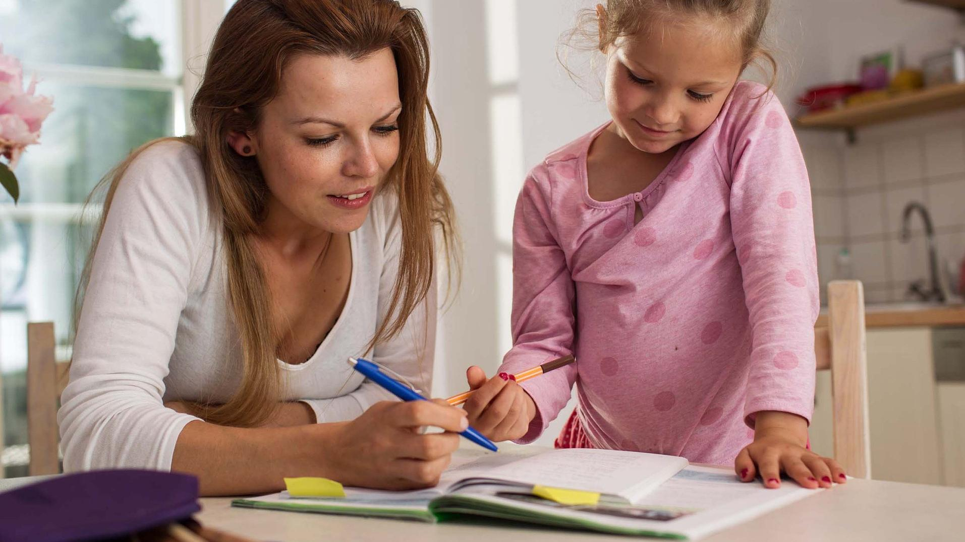 Wenn Ihr Kind sich beim Hausaufgaben machen verweigert, können Ihnen unsere Tipps weiterhelfen.
