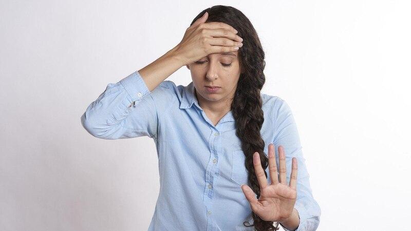 Pulsieren im Kopf deutet auf Spannungskopfschmerzen oder Migräne hin.