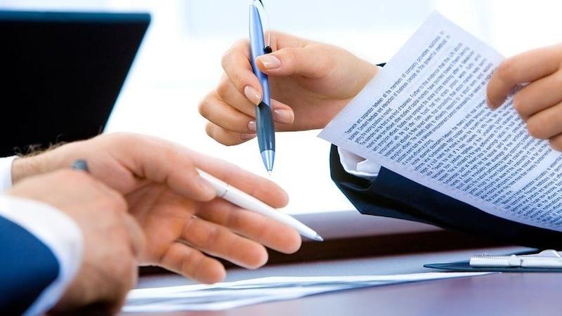 Wenn Sie ein Zwischenzeugnis anfordern, muss der Arbeitgeber dieser Bitte nicht zwingend nachkommen.