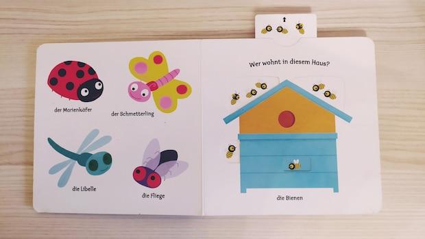 So können Kinder auf der rechten Seite eine Lasche hochziehen. Dadurch werden die Bienen sichtbar und der kleine Leser erfährt, wer in dem Haus wohnt.