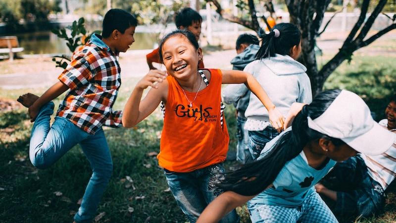 Hüpfspiele sind für Kinder eine gute Möglichkeit sich richtig auszutoben!