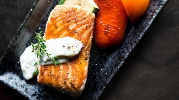 Zunächst wird der Lachs auf der oberen Seite angebraten, dann folgt die Hautseite. Es reichen schon wenige Beilagen wie Gemüse oder Quark, damit aus dem Fisch eine vollwertige Mahlzeit wird.