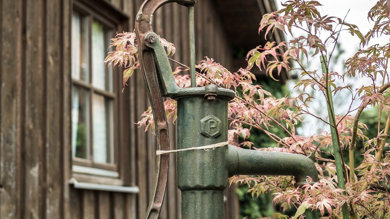 Mit einer Pumpe können Sie im Garten den Wasserdruck erhöhen.