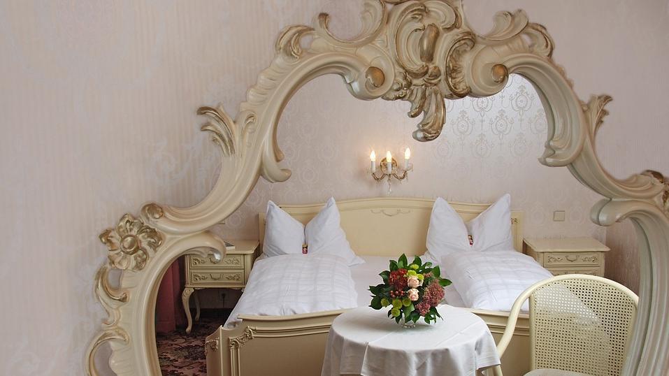 Ein Spiegel über dem Bett kann die Nachtruhe stören.