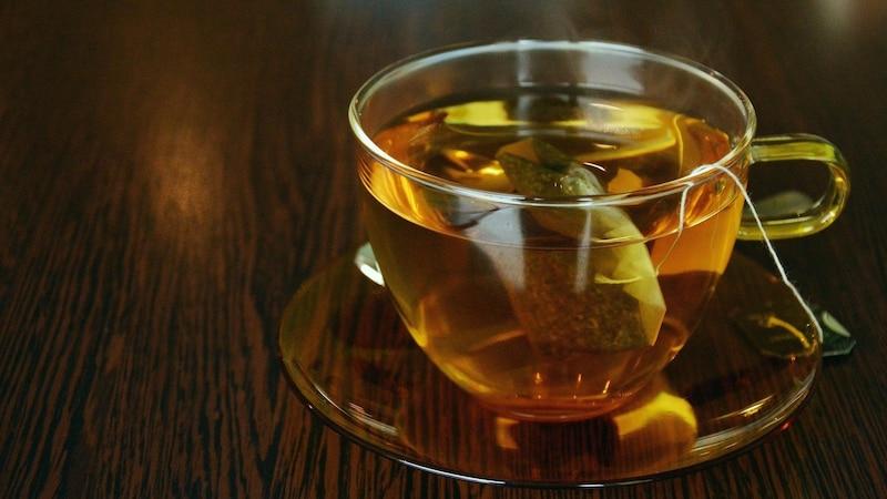 Um eine schöne Stimme zu bekommen, trinken Sie vor dem Singen oder Sprechen warmes Wasser oder Tee.