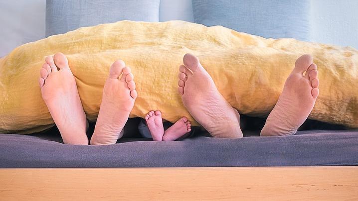 Wenn Eltern dem Kind zuliebe im Wohnzimmer schlafen, sollten einige Dinge beachtet werden.