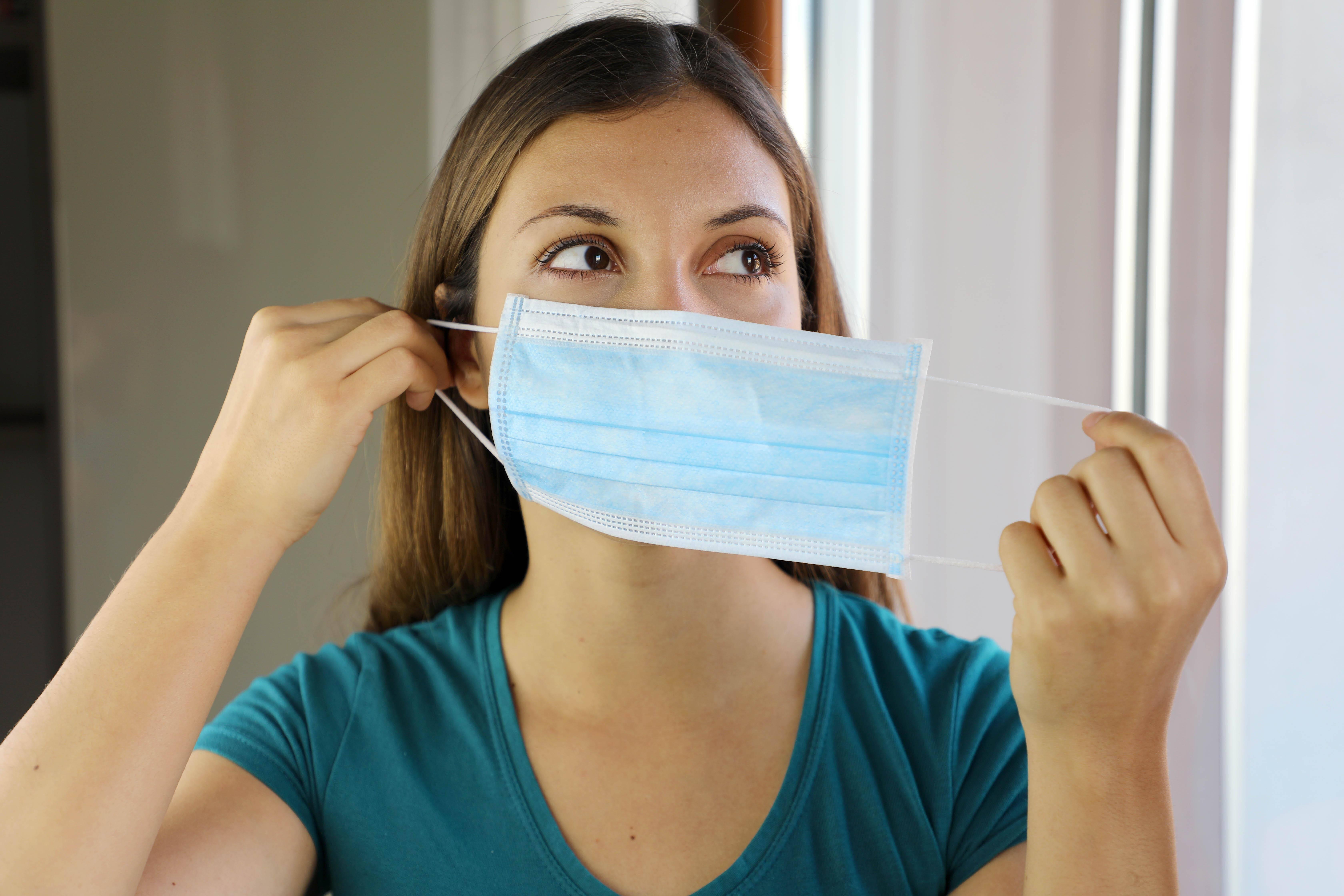 Treten bei Ihnen Pickel wegen der Maske auf, ist es wichtig, auf eine sorgfältige Hygiene zu achten.