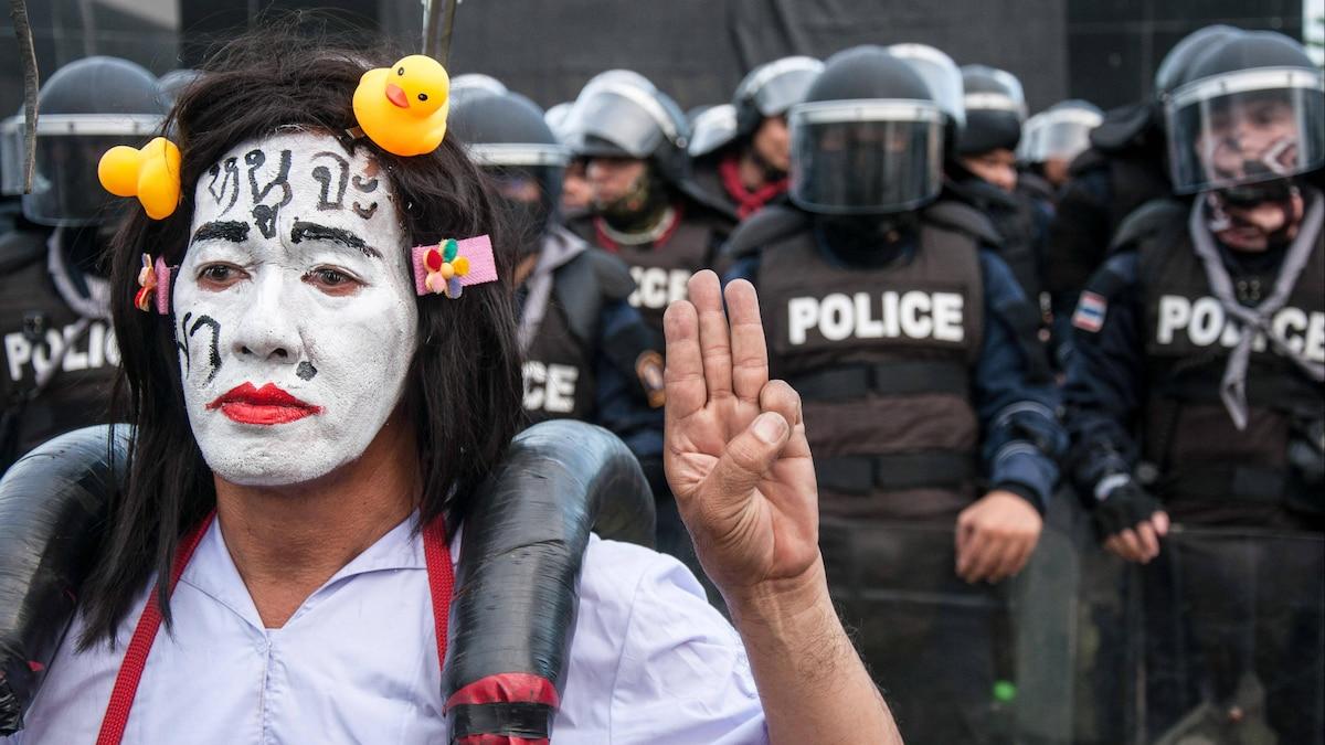 Bei Protesten tragen Kritiker des Königs als Erkennungszeichen gelbe Enten