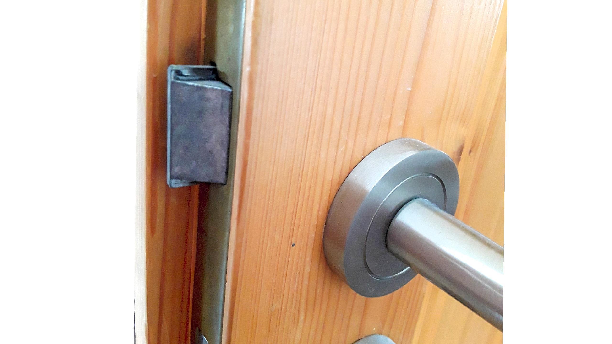 Wenn Sie einen Türanschlag wechseln möchten, müssen Sie auch den Türgriff sowie den Türverschluss versetzen.