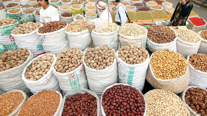 Zu viel Nüsse zu essen kann Nebenwirkungen auslösen, zum Beispiel Verdauungsprobleme oder Gewichtszunahme.