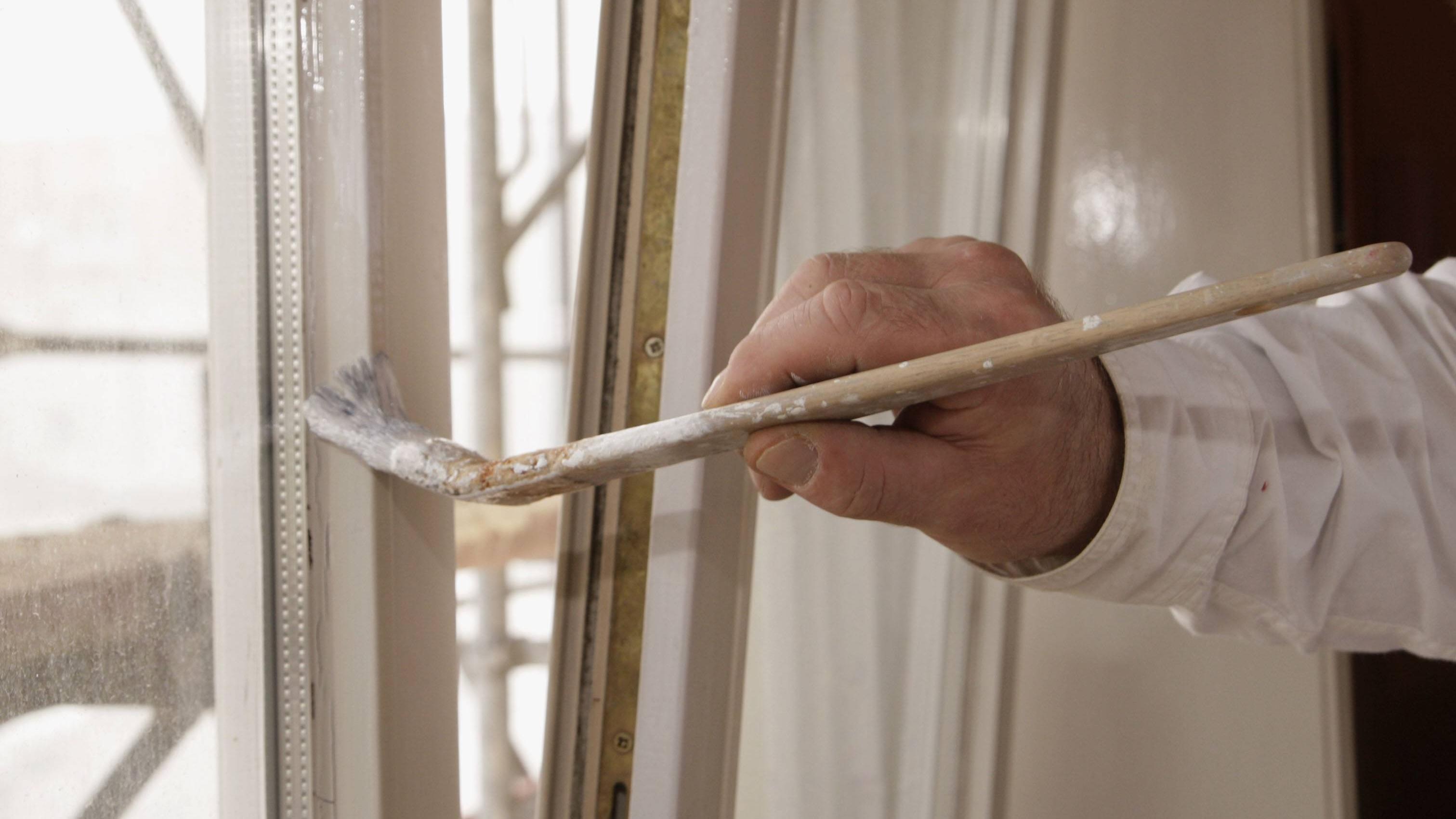 Beim Streichen der Fensterlaibung benutzen Sie am besten einen schmalen Pinsel.