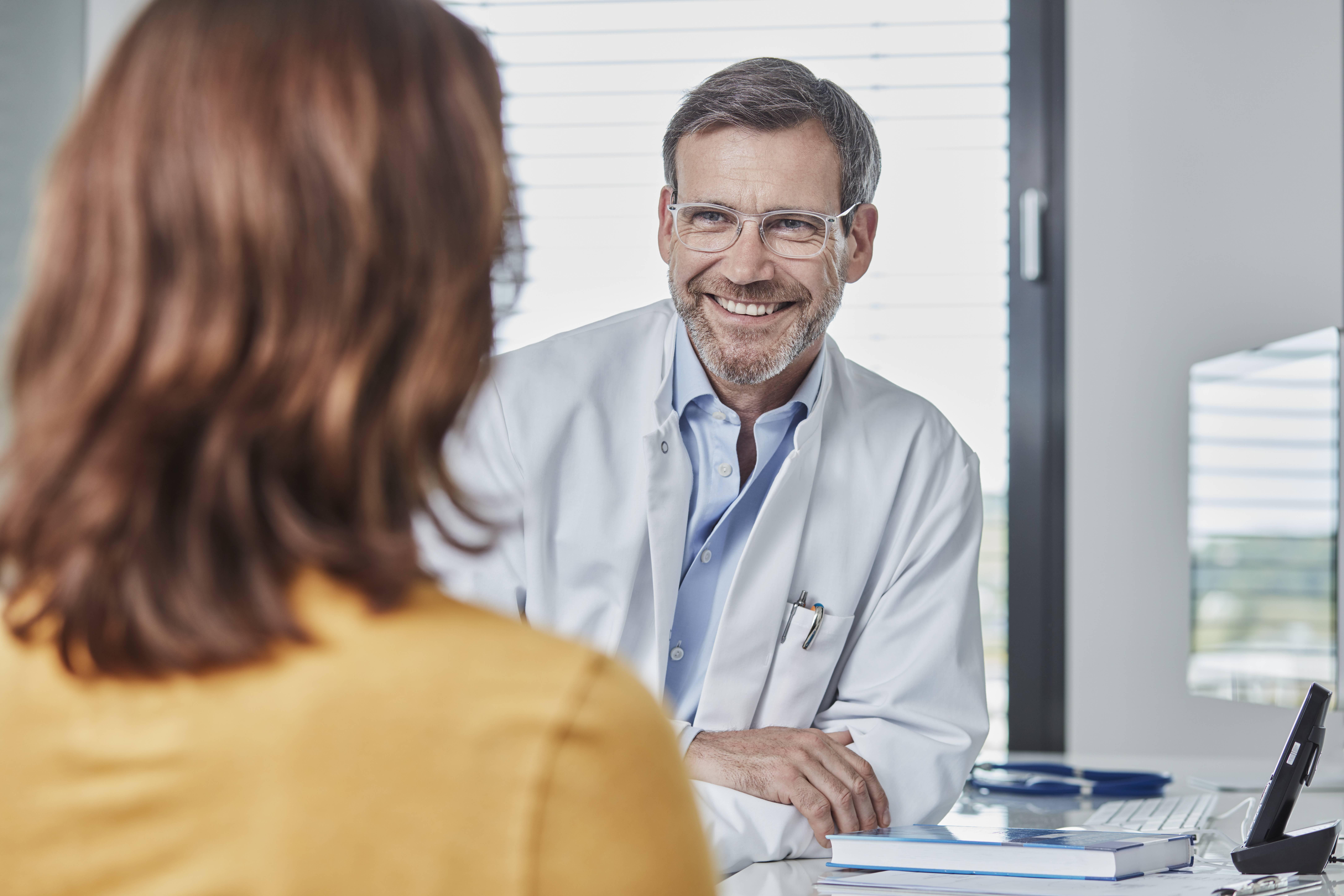 Vor und nach der Knie-OP finden ausführliche Arztgespräche statt.