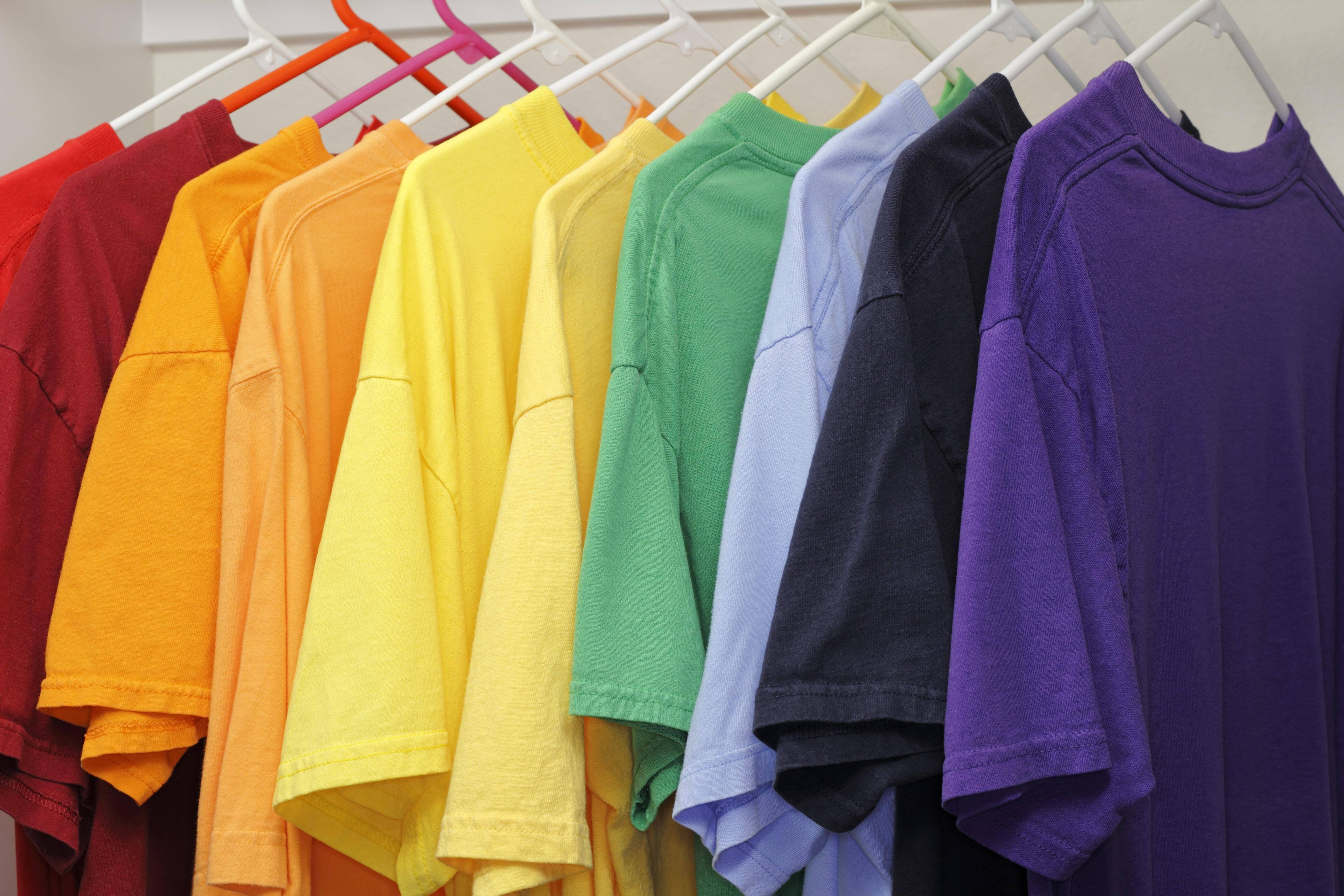 Wenn Wäsche im Schrank stinkt, hilft regelmäßiges Lüften und mehr Platz.