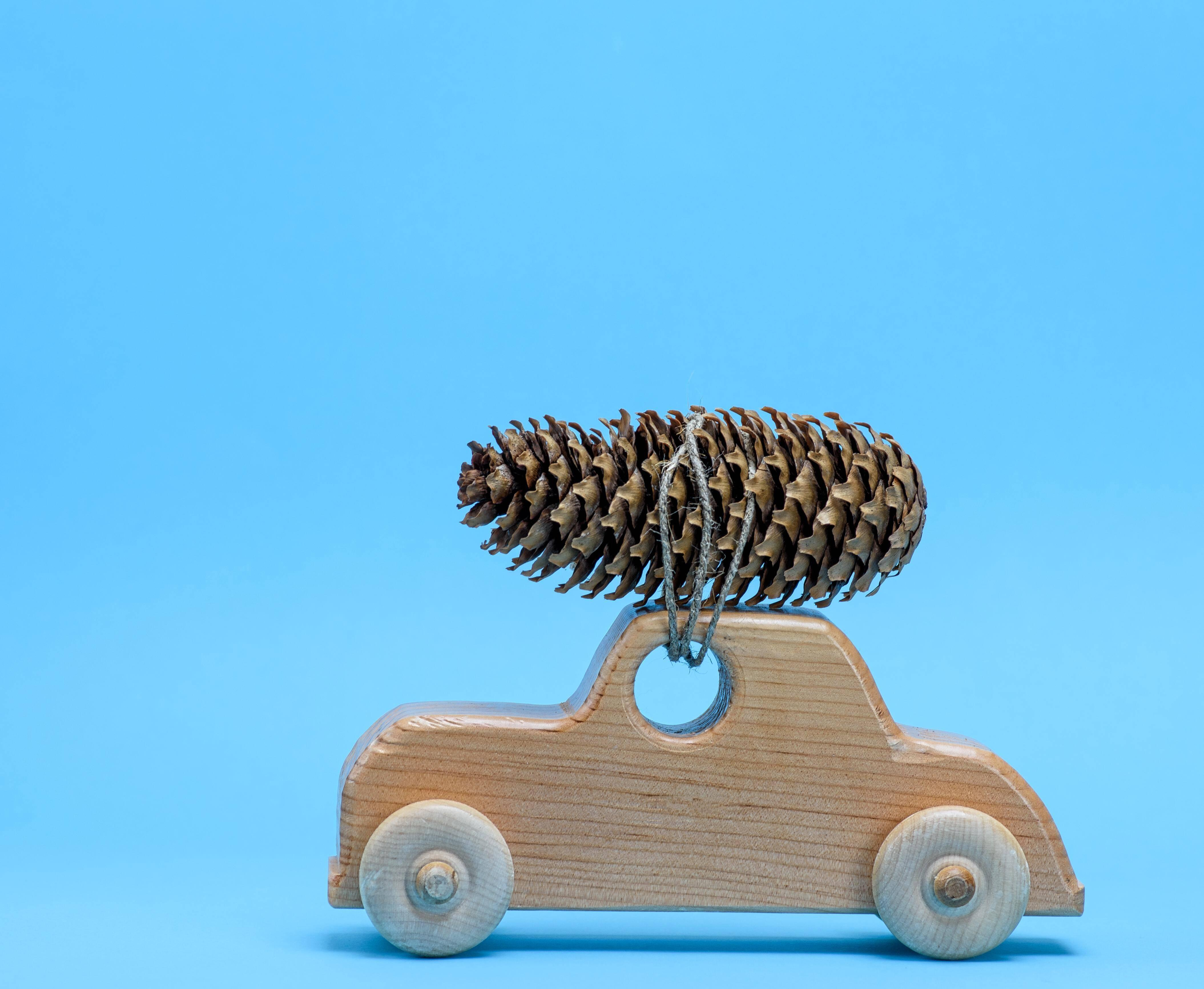 Bieten Sie Ihrem Kind verschiedene Materialien an, die zum Beispiel kühl, glatt oder rau sind. Das ist im Sinne der Montessori-Pädagogik.