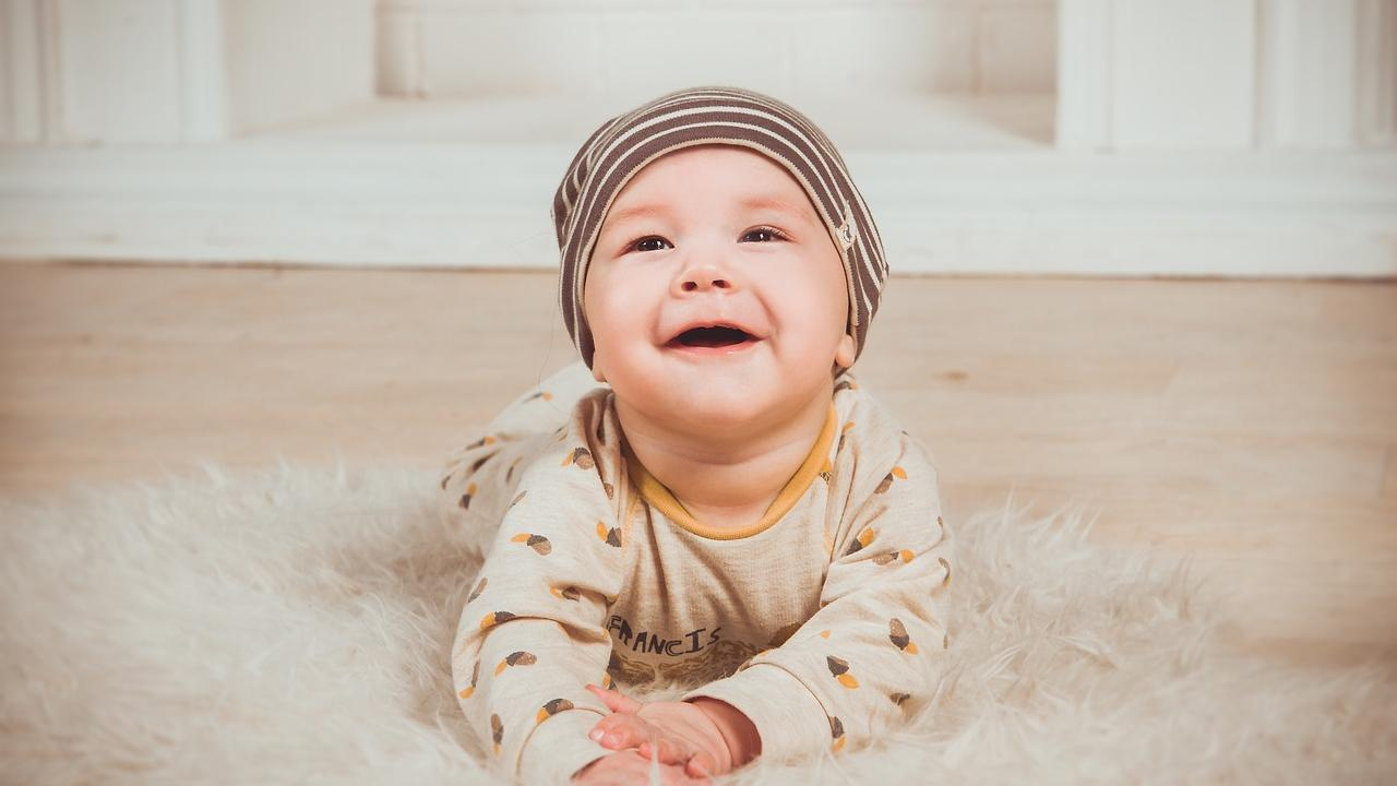 Ein Ausschlag im Gesicht Ihres Babys ist oft kein Grund zu Panik. Es gibt viele harmlose Ursachen, die in Frage kommen.