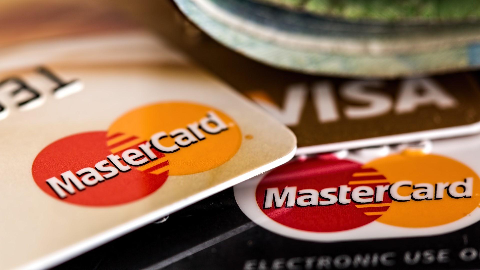 Eine Kreditkarte können Sie - mit Einschränkungen - auch trotz Schufa nutzen.