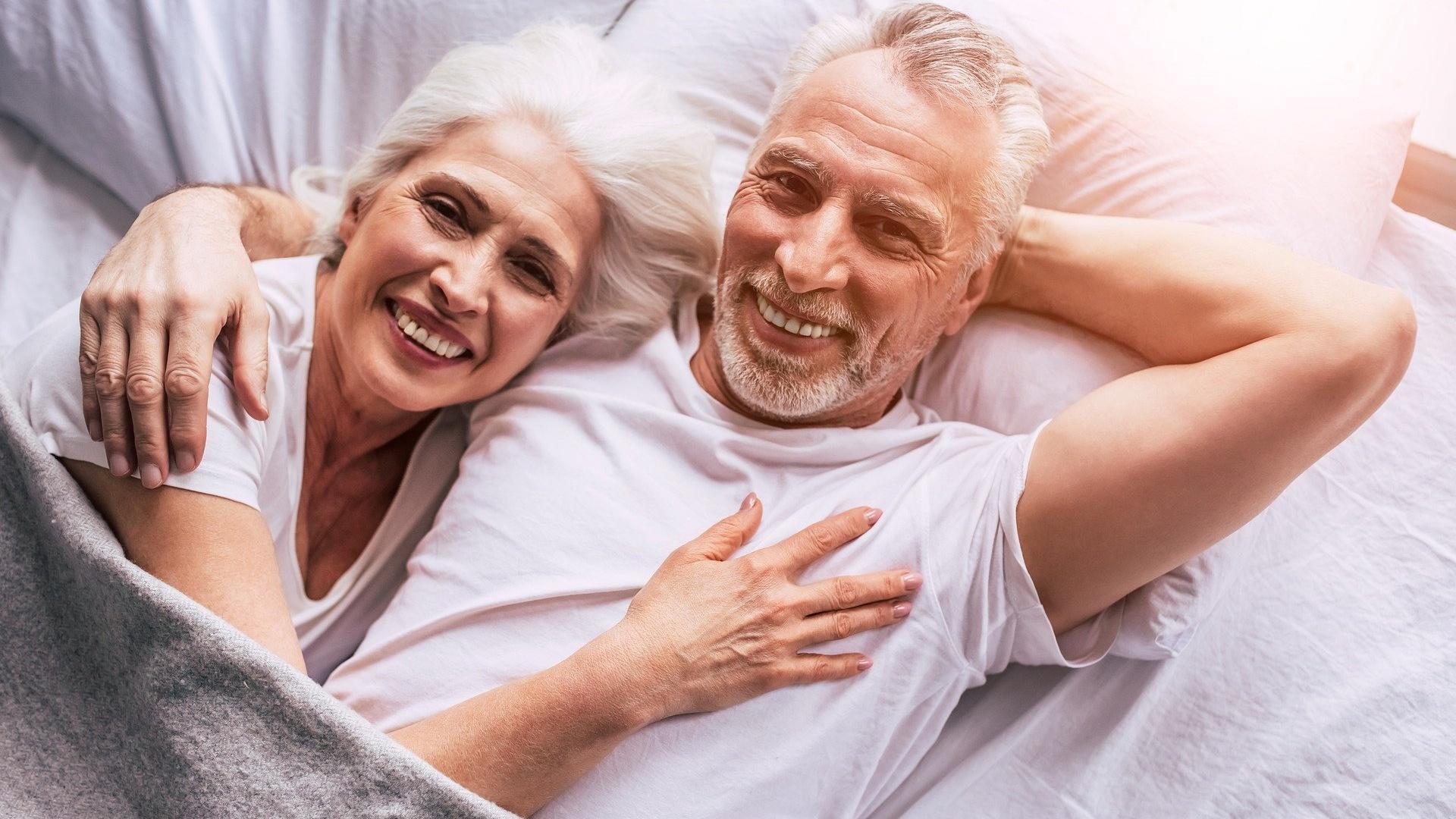 Kuscheln im Bett ist in jedem Alter schön und wichtig.