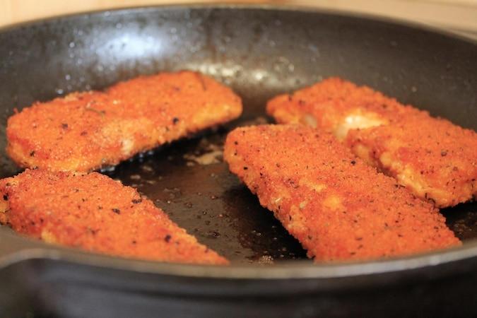 Fisch panieren und dann braten - schmeckt der ganz Familie.