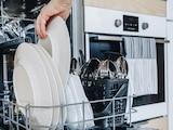 Der Geschirrspüler erspart das Abwaschen.